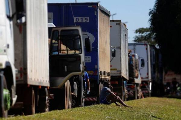 Falta fiscalização sobre o preço dos fretes, dizem caminhoneiros